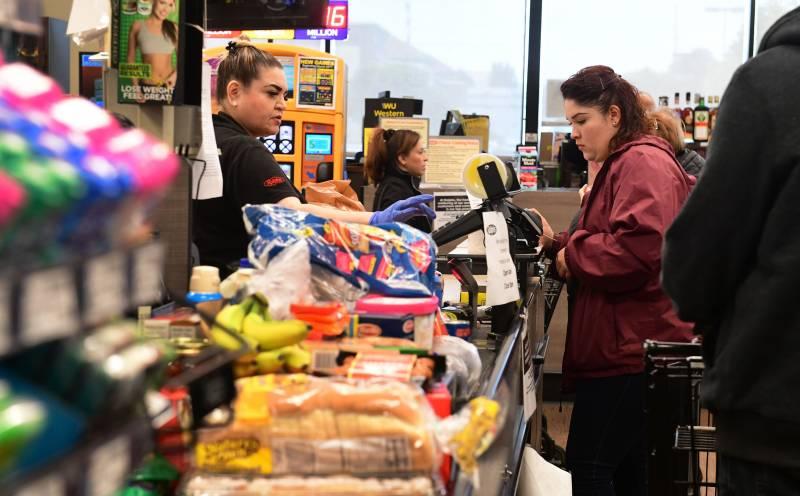 Customers in masks. One-way aisles. Sacramento supermarkets ramp up coronavirus rules