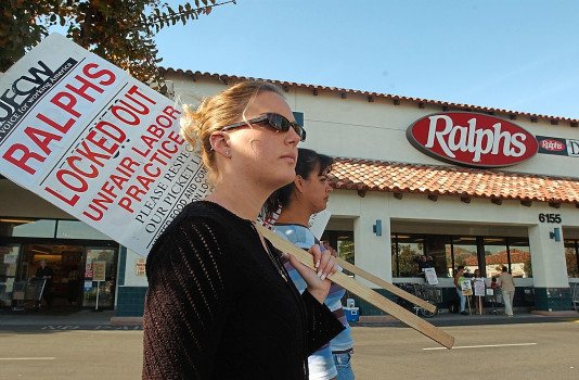 Grocery workers rally for customer support as contract rhetoric heats up